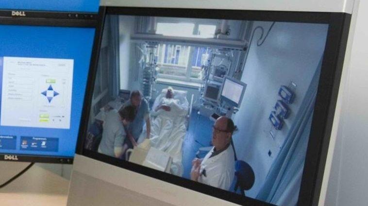 De-intensivist-van-het-OLVG-kijkt-mee-naar-een-patiënt-op-de-IC-in-Lelystad